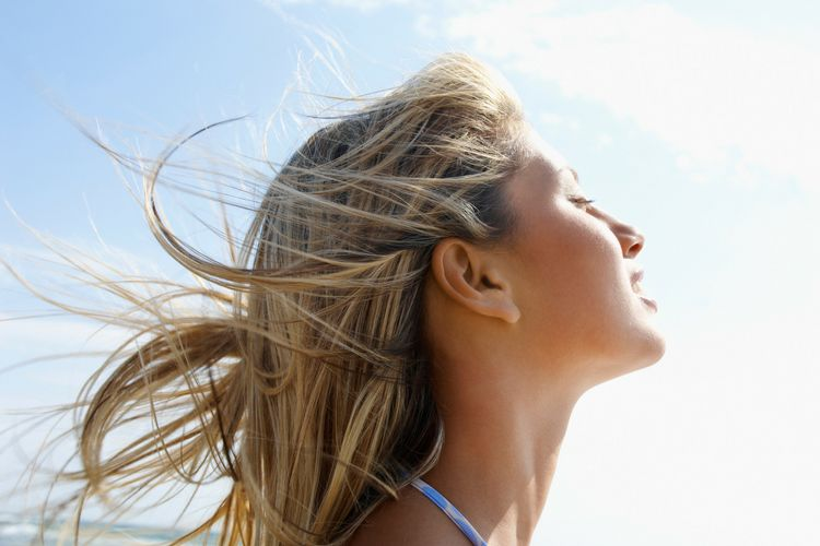 Soleil, mer, chlore : comment prendre soin de ses cheveux en été ?