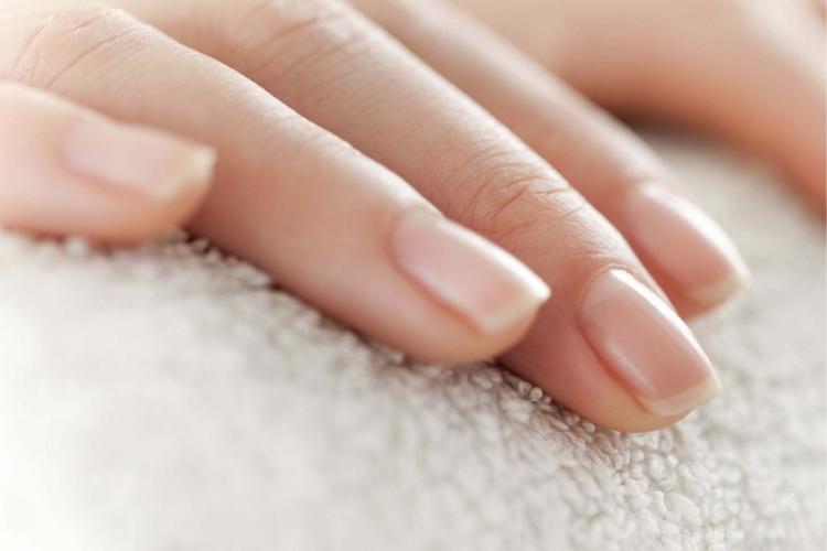 Tache blanche sur les ongles: causes et traitement