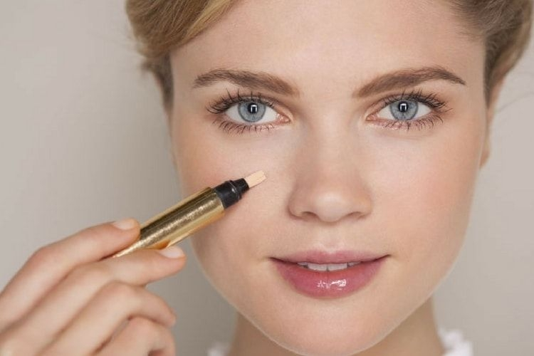 Comment cacher un bouton avec du maquillage ?