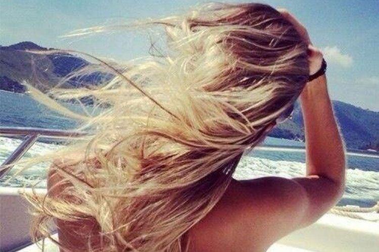 Préserver ses cheveux blonds au soleil