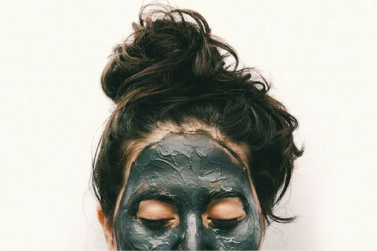 Un masque au charbon noir pour lutter contre les imperfections