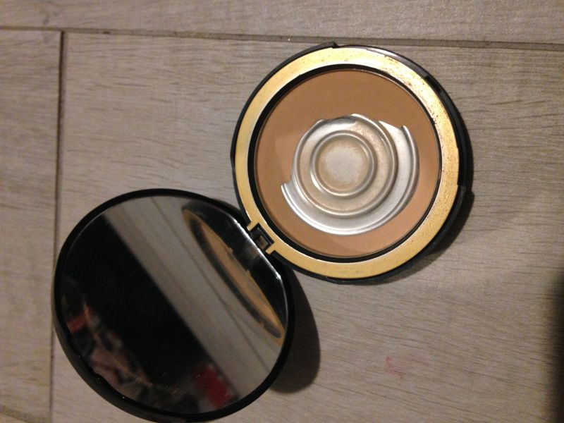 Swatch Cocoa Powder Foundation Fond de teint Poudre au Cacao, Too Faced