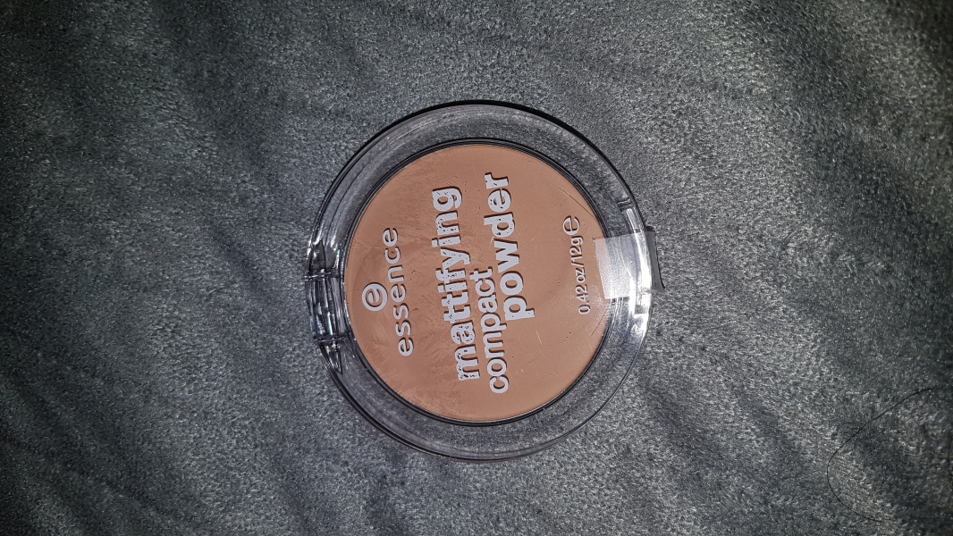 Swatch Mattifying compact powder, Essence