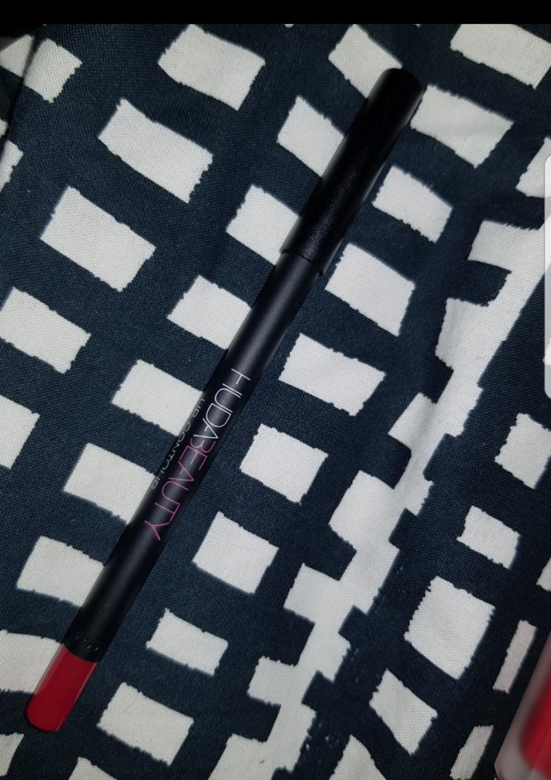 Swatch Lip Contour - Crayon contour des lèvres mat, Huda Beauty