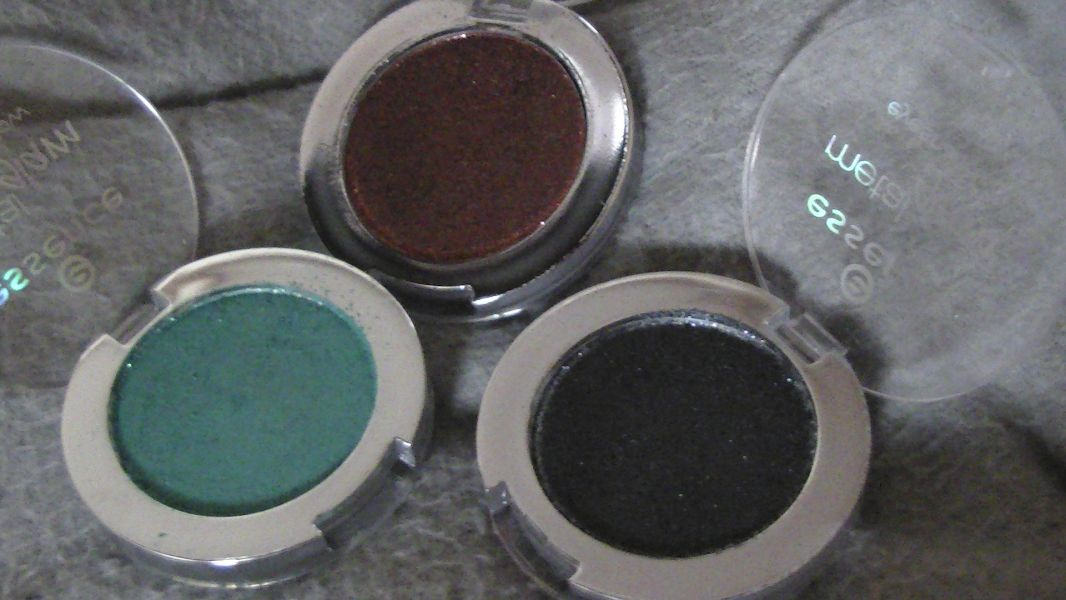 Swatch Metal glam eyeshadow, Essence