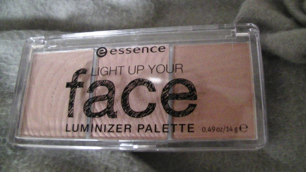 Swatch Luminizer palette Light Up your Face, Essence
