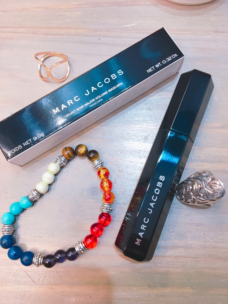 Swatch Velvet Noir - Mascara Volume Spectaculaire, Marc Jacobs Beauty