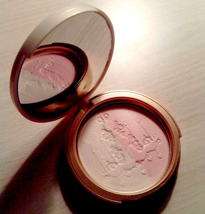 Swatch Candlelight Glow - Enlumineur Visage, Too Faced