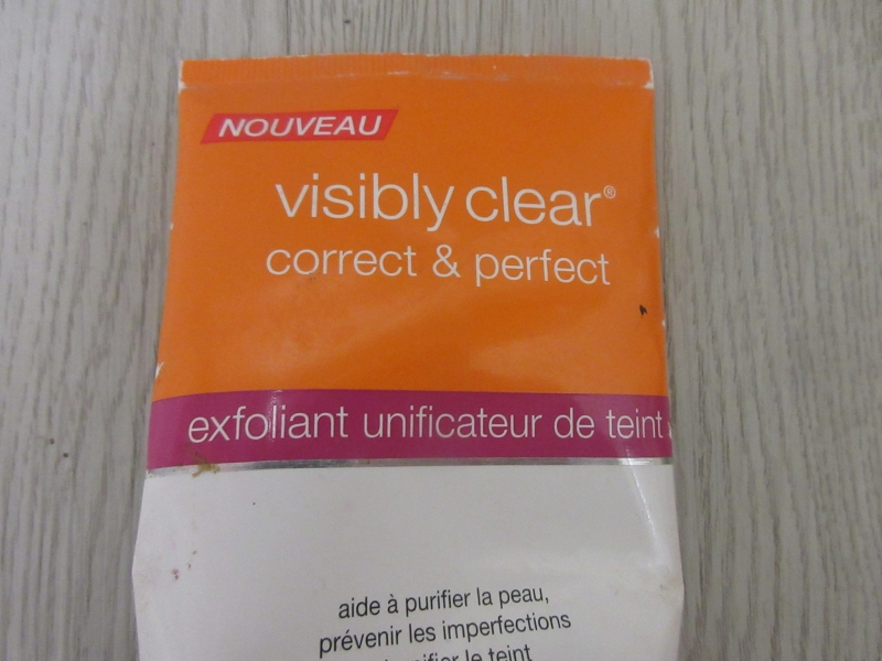 Swatch Visibly clear correct & perfect / exfoliant unificateur de teint, Neutrogena