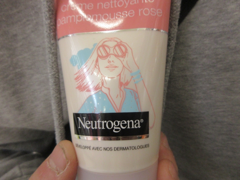 Swatch Visibily Clear / crème nettoyante pamplemousse rose, Neutrogena