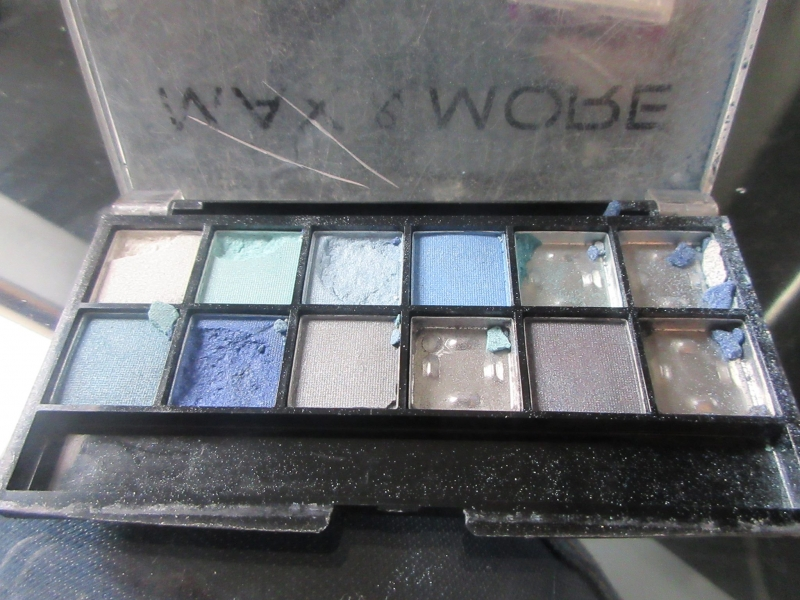 Swatch Makeup 12 color eyeshadow palette, Max & More