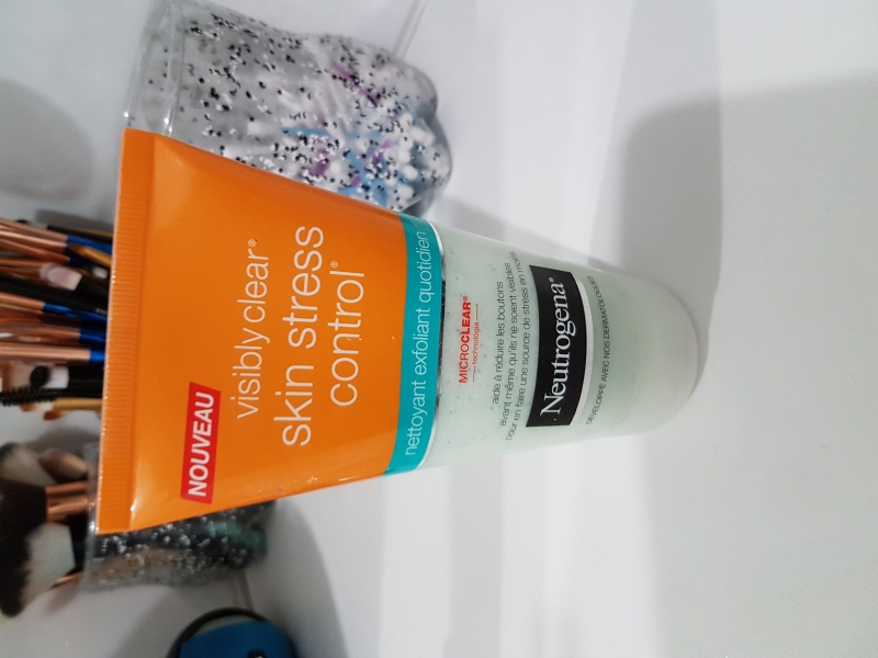 Swatch Visibly Clear Skin Stress Control, Neutrogena