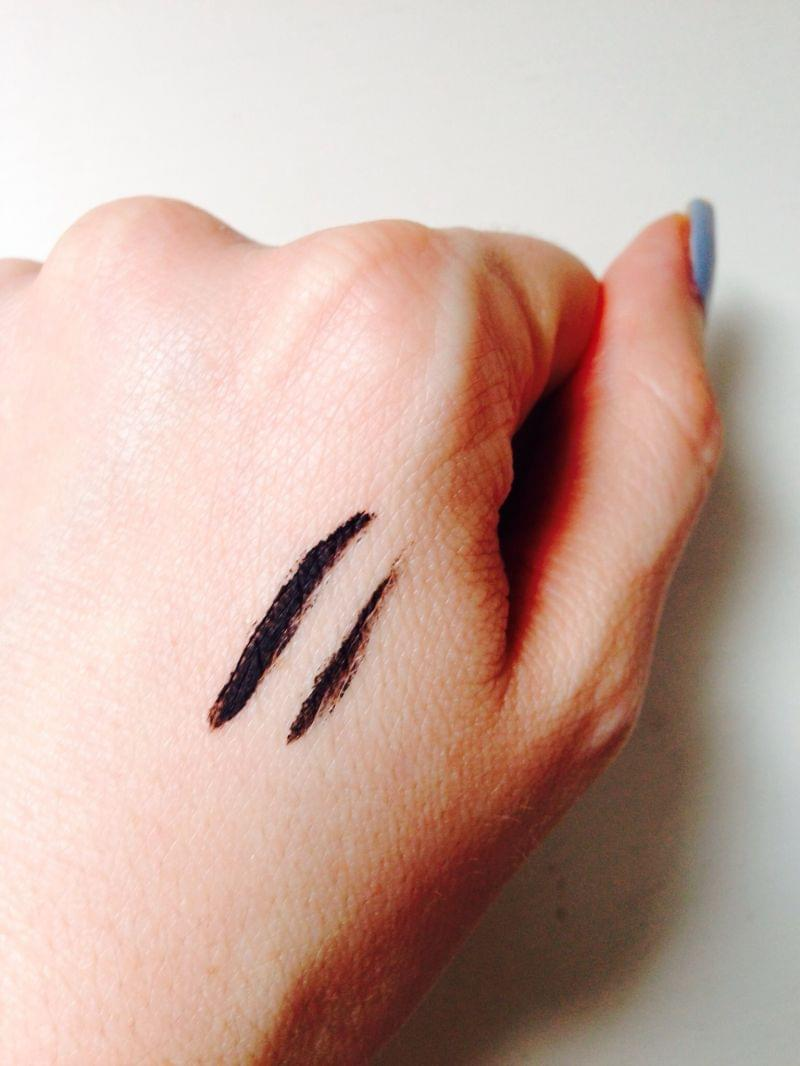 Swatch They're Real! Push-up liner Eyeliner-gel, Benefit Cosmetics