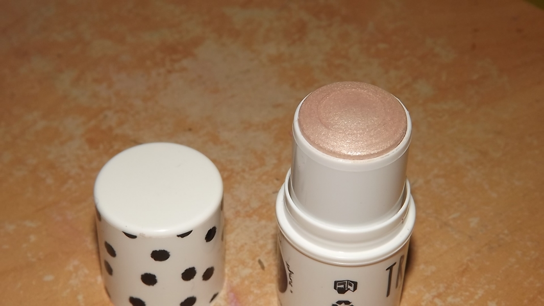 Swatch True Glow, Universal Beauty Cosmetics