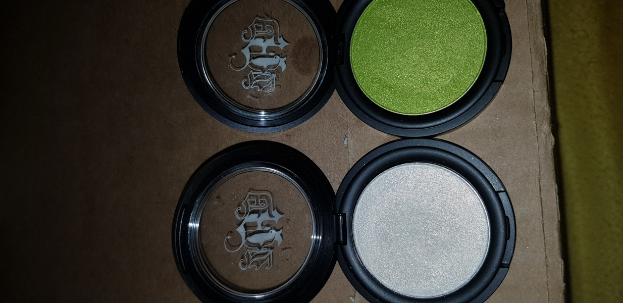 Swatch Metal Crush Eyeshadow, Kat Von D