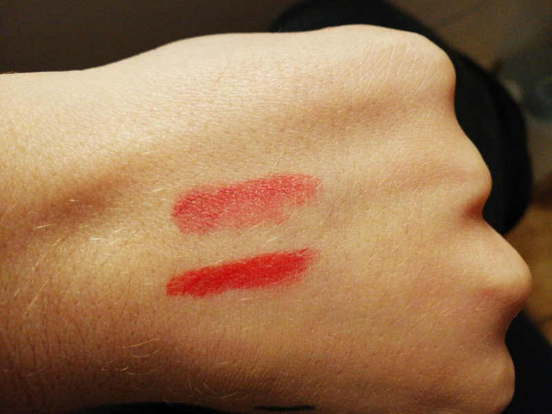 Swatch ROUGE ALLURE Velvet - Le Rouge Velours Lumineux, Chanel