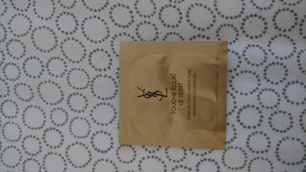 Swatch Touche Éclat Le Teint - Fond de Teint, Yves Saint Laurent