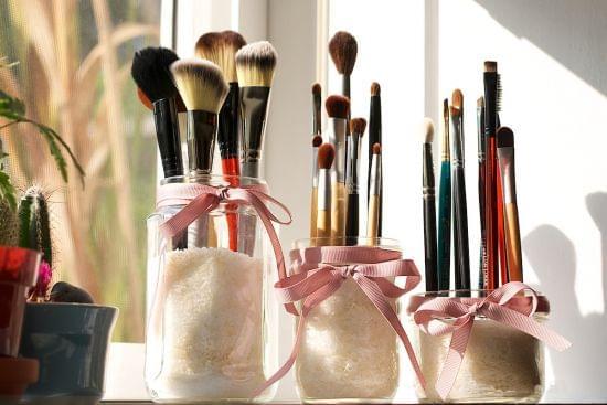 5 id es de rangement pour vos pinceaux de maquillage. Black Bedroom Furniture Sets. Home Design Ideas