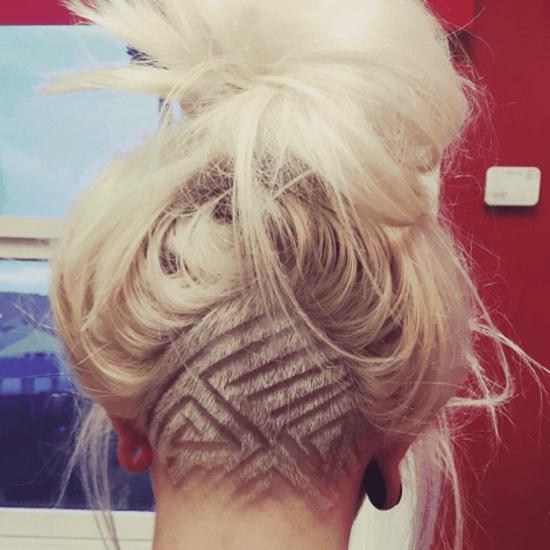undercut tatoo avec formes géométriques sur cheveux blonds et longs