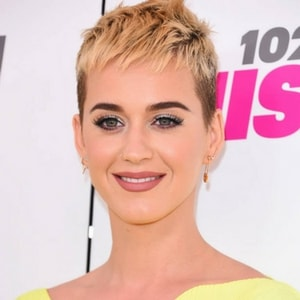 Katy Perry cheveux courts blonds