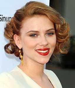 la star scarlett johannson aborde une coiffure wavy et glamour sublime par sa coloration blond - Coloration Blonde Sur Chatain