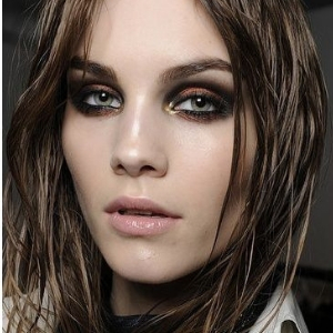 Le maquillage rock pour intensifier le regard avec un smoky eye
