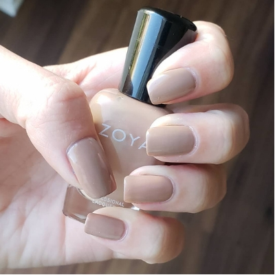 Faire un vernis nude marron